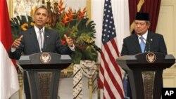 سهرۆک باراک ئۆباما له میانهی کۆنفرانسێـکی ڕۆژنامهوانی لهگهڵ سهرۆکی ئهندهنووسیا سوسیلیۆ بامبانگ یودهۆیۆنۆ له جاکارتای پایتهخت، سێشهممه 9 ی یازدهی 2010