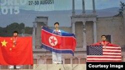 불가리아 플로브디브에서 열린 제19차 ITF 태권도세계선수권대회 개인 남자 품세 종목에서 금메달을 차지한 북한의 한성민 선수(가운데)와 동메달을 차지한 미국의 아슈르마토프 이슬롬 선수(오른쪽)가 시상대에 나란히 올랐다. 사진제공= ITF & NATF.