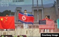 불가리아 플로브디브에서 열린 제19차 ITF 태권도세계선수권대회에서 금메달을 차지한 북한 선수(가운데)와 동메달을 차지한 미국 선수(오른쪽)가 시상대에 나란히 올랐다. 사진제공= ITF & NATF.