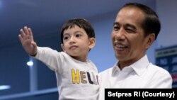 Presiden Joko Widodo bersama cucu pertamanya, Jan Ethes (foto: ilustrasi). Cucu laki-laki Jokowi bertambah dengan kelahiran anak laki-laki Bobby Nasution dan Kahiyang Ayu,