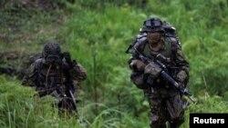 资料照:参加美日法联合军演中的日本自卫队士兵。(2021年5月15日)
