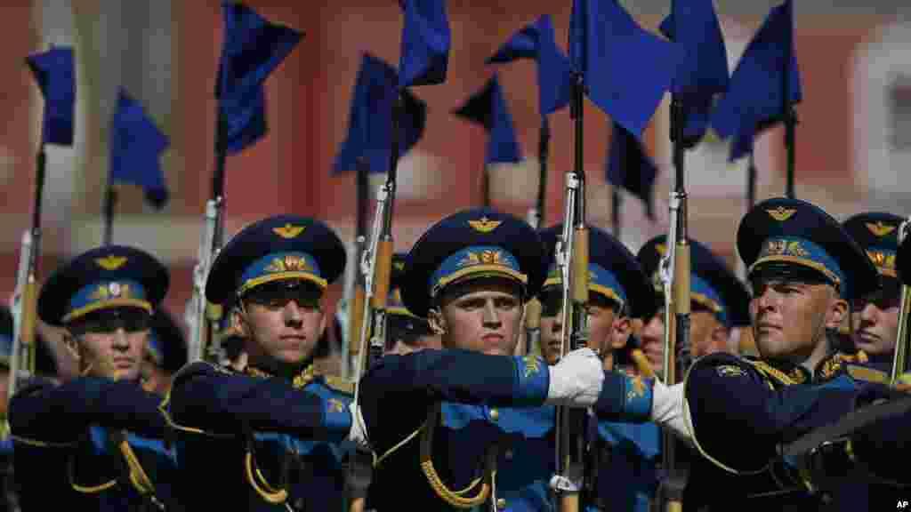Des soldats de l'armée russes défilent pour marquée leur 71 ans de victoire dans la seconde guerre mondiale sur la Place Rouge à Moscou, le 9 mai 2016.