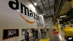 یک مرکز بسته بندی و ارسال کالا در شرکت آمازون