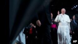 Papa Francis ashitse ahari ibirori vy'ukumusezera ku kibuga c'indege co mu gisagara ca Rio de Janeiro kw'italiki 28 z'ukwezi kw'indwi, umwaka w'2013.
