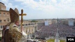 Paus Benediktus XVI saat menyampaikan pesan Urbi et Orbi, atau berkat bagi kota dan dunia di Vatikan (24/4).
