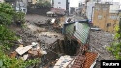 Rumah-rumah rusak akibat tanah longsor setelah hujan lebat melanda dustrik Izusan, Atami, Jepang (3/7).