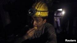 Zonguldak'ta akşam yemeğini yiyen bir madenci