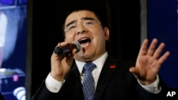 Recycling magnate Chen Guangbiao sings to the media and his guests from the New York City Rescue Mission at The Loeb Boathouse restaurant in New York, June 25, 2014.