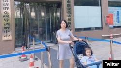 何方美帶4歲癱瘓女兒2020年8月27日到市委書記接訪日去交涉。