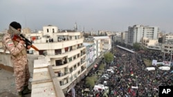 지난달 25일 이란 테헤란에서 군인이 반정부 시위대를 감시하고 있다.