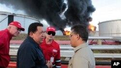26일 베네수엘라 정유공장의 화재 현장을 방문한 우고 차베스 베네수엘라 대통령(왼쪽 두번째)와 엘리아스 하우아 부통령(오른쪽 끝).