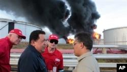 Tổng thống Venezuela Hugo Chavez tới thị sát nhà máy lọc dầu Amuay, ngày 26/8/2012