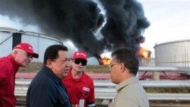 Venecuelanski predsednik Ugo Čavez (drugi sleva) posetio je rafineriju Amuaj, u kojoj je došlo do požara