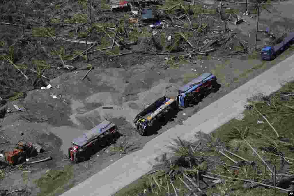 필리핀 태풍 피해 지역인 레이테섬에서 15일 화물차가 도로변에 쓰러져 있다.
