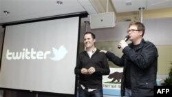 Один из основателей Twitter Биз Стоун (справа) и президент компании Twitter Эван Уильямс представляют нововведения в работе социальной сети. Сан-Франциско. 14 декабря 2010 года