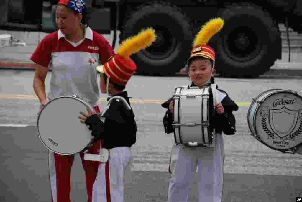 老師帶領幼稚園學生組成的儀仗隊綵排