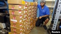 Seorang pekerja mengatur kotak-kotak berisi kantung udara produksi Takata yang ditarik kembali dari pasar di kota Miami, Florida (foto: dok).