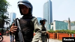 Indonesian anti-terror policemen stand guard in the business district in Jakarta, September 11, 2011.