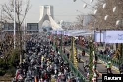 Warga Iran merayakan HUT ke-42 Revolusi Islam dengan pawai kendaraan bermotor di Teheran, Iran 10 Februari 2021. (Foto: Majid Asgaripour / WANA via REUTERS)