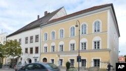 Tư liệu- Ảnh chụp ngày 27/9/2012, căn nhà nơi Adolf Hitler ra đời ở Braunau, nước Áo. Chính phủ Áo cho biết đang có kế hoạch đập phá căn nhà để xây một tòa nhà mới. (AP Photo / Kerstin Joensson, File)