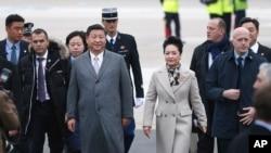 中国国家主席习近平和夫人彭丽媛抵达巴黎郊外的机场(2015年11月29日)