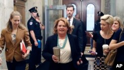 Il senatore Heidi Heitkamp, DN.D., arriva prima del voto per far avanzare la nomina di Brett Kavanaugh alla Corte Suprema, a Capitol Hill, ottobre 5, 2018 a Washington.