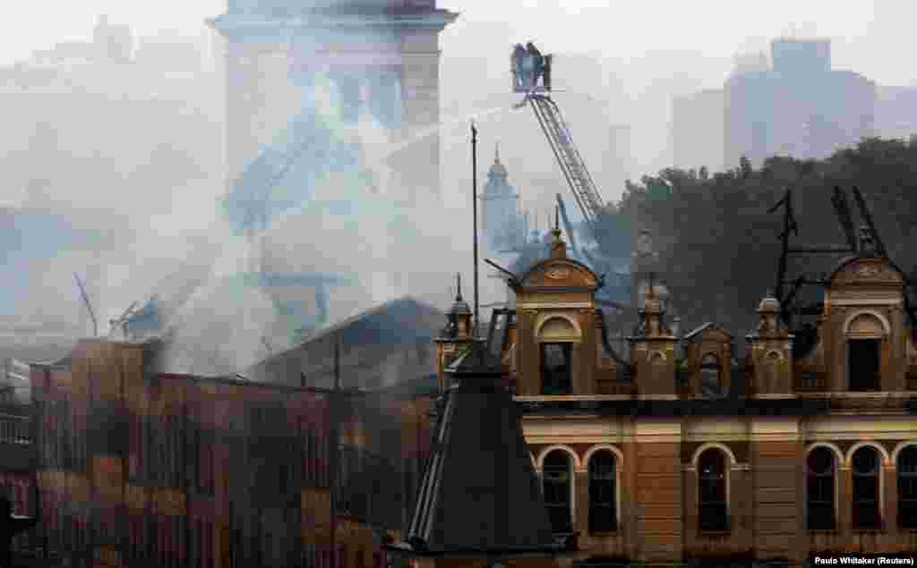 Bombeiros combatendo o incêndio que consumiu o Museu da Língua Portuguesa em São Paulo, Brasil. Dez.21, 2015
