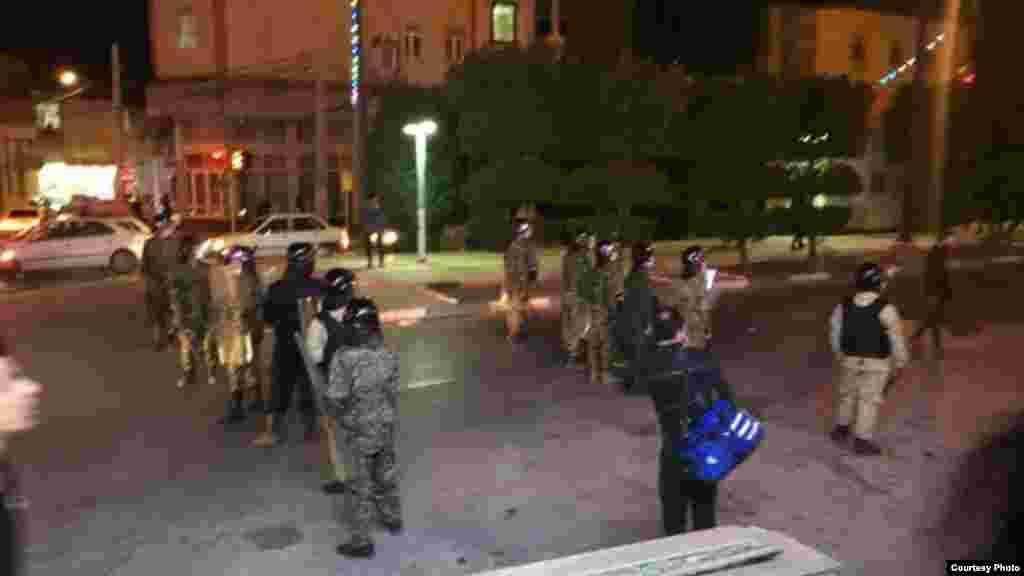 عکس های ارسالی به صدای آمریکا از وضعیت امنیتی در شهر خرمشهر و دیگر شهرهای خوزستان خبر می دهد. مردم به وضعیت بد آشامیدنی در این شهرها معترض هستند.