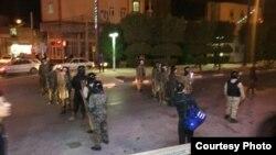 از عصر شنبه ماموران در شهر خرمشهر در مقابل معترضان آرایش نظامی گرفته بودند.
