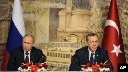 Rossiya prezidenti Vladimir Putin (chapda) Turkiya Bosh vaziri Rajab Toyyib Erdog'an bilan, Istanbul, 3-dekabr, 2012-yil.