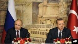 土耳其總理埃爾多安(右)與俄羅斯總統普京12月3日在伊斯坦布爾舉行的記者會上