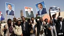 Những người đàn ông cầm ảnh của Tổng thống Saleh mừng ông trở về nước