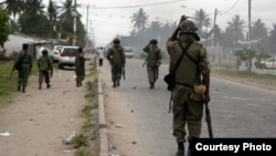 Patrouille de police à Beira au Mozambique. le 16 novembre 2013.