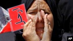 """28일 타흐리르 광장에서 무함마드 무르시 대통령에 반대하는 시위대가 """"물러나라""""고 외치고 있다."""