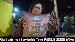 「港˙笑」檔主之一Irene設計的「Keep calm and renew BNO」攬枕 (攝影﹕美國之音湯惠芸)