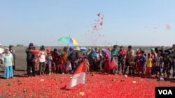 Warga penyintas lumpur Lapindo melakukan tabur bunga jelang peringatan 9 tahun semburan lumpur Lapindo, Minggu 24 Mei 2015. (VOA/Petrus Riski)