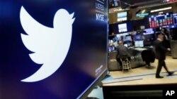 Arhiva - Simbol Twittera u Njujorškoj berzi (AP Photo/Richard Drew)