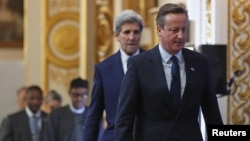 Britaniya Bosh vaziri Deyvid Kameron va AQSh Davlat kotibi Jon Kerri korrupsiyaga qarshi xalqaro sammitda. 12-may 2016-yil, London