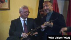 آقای اتمر هنگام تحویلگیری این کمک گفت که گفتگوها روی کمکهای اسلحه سنگین با روسیه ادامه دارد