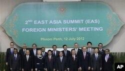 Menlu Clinton (nomor enam dari kiri) dan Menlu RI Marty Natalegawa (nomor dua dari kanan) nampak diantara para Menlu yang menghadiri KTT Asia Timur ke-2 di Kamboja di sela-sela pertemuan ASEAN di Phnom Penh, Kamboja (12/7)