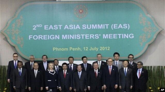 Các vị bộ trưởng tham dự Hội nghị Diễn đàn Khu vực ASEAN tại Phnom Penh, Campuchia, ngày 12/7/2012