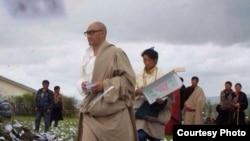 藏人作家東科(前)和布旦受到家鄉傳統儀式迎接 (唯色博客圖片)