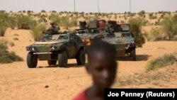 Des soldats français patrouillent dans la région de Tombouctou, Mali, le 6 novembre 2014.