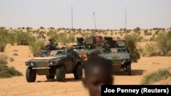 Des soldats français de l'opération Barkhane patrouillent au nord de Tombouctou le 6 novembre 2014.