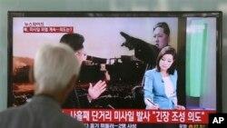 韩国人观看播报朝鲜发射导弹的电视新闻。(2013年5月20日)