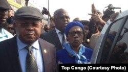 Etienne Tshisekedi, leader de l'Union pour la démocratie et le progrès social (UDPS), à gauche, accompagné de son épouse, Marthe Tshisekedi, à gauche, et des cadres de son parti, a atterri à l'aéroport international de N'Djili à son