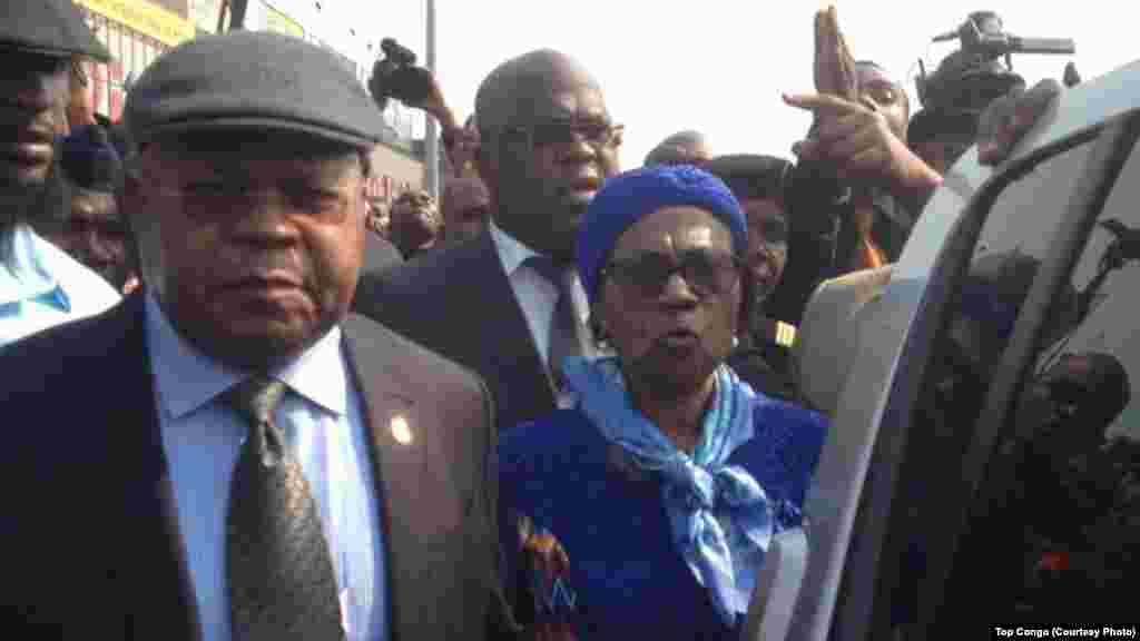 Etienne Tshisekedi, opposant historique et leader de l'Union pour la démocratie et le progrès social (UDPS), à gauche, accompagné de son épouse, Marthe Tshisekedi, à gauche, et des cadres de son parti, a atterri à l'aéroport international de N'Djili, le 27 juillet 2016.