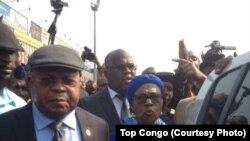 Etienne Tshisekedi, opposant historique et leader de l'Union pour la démocratie et le progrès social (UDPS), à gauche, accompagné de son épouse, Marthe Tshisekedi, à gauche, et des cadres de son parti, a atterri à l'aéroport international de N'Djili à son retour à Kinshasa, 27 juillet 2017. (Crédit Top Congo).
