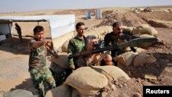 نیروهای پیشمرگه در مقابل جهادگران داعش سنگر گرفتهاند