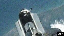 Phi thuyền con thoi Discovery bay vòng dưới Trạm không gian Quốc tế